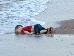 syrian_boy_drowned_off_turkey_coast9
