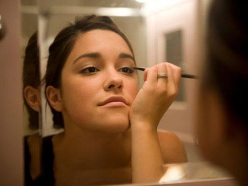 girl putting on makeup vocalady